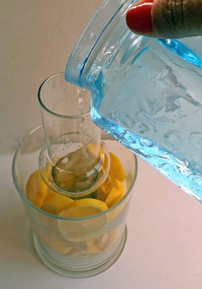 echando agua