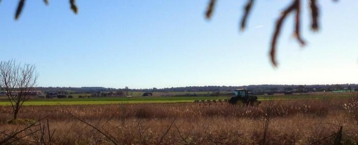 Tractores trabajando y aviones frente a frente